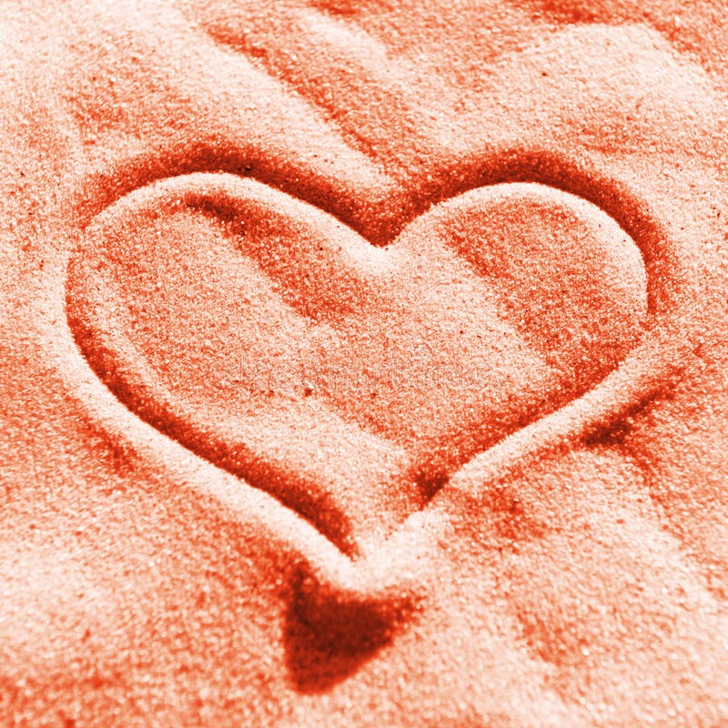 Rood hart op het zand stock foto