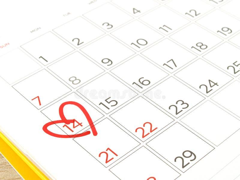Rood hartteken op de kalender bij 14 stock foto's