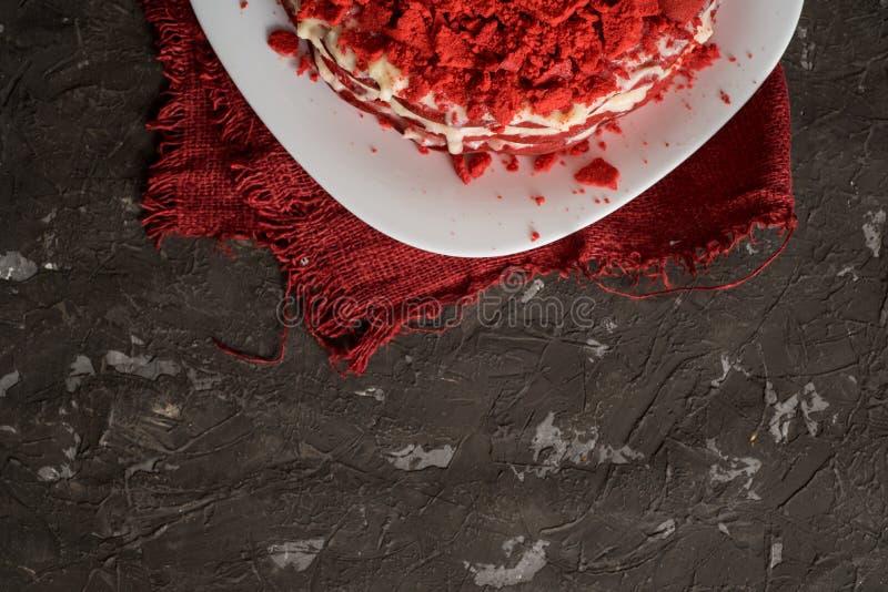 Rood het Canvasservet van de fluweelcake op een concrete donkergrijze achtergrond stock fotografie