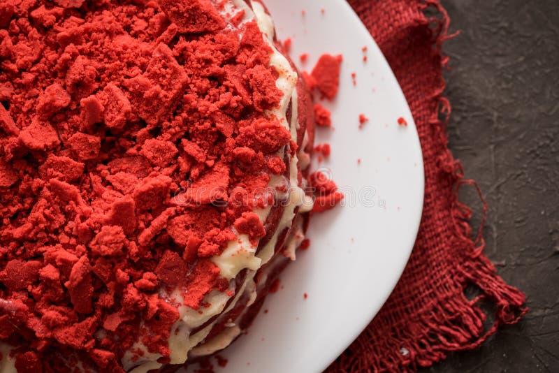 Rood het Canvasservet van de fluweelcake op een concrete donkergrijze achtergrond stock foto's