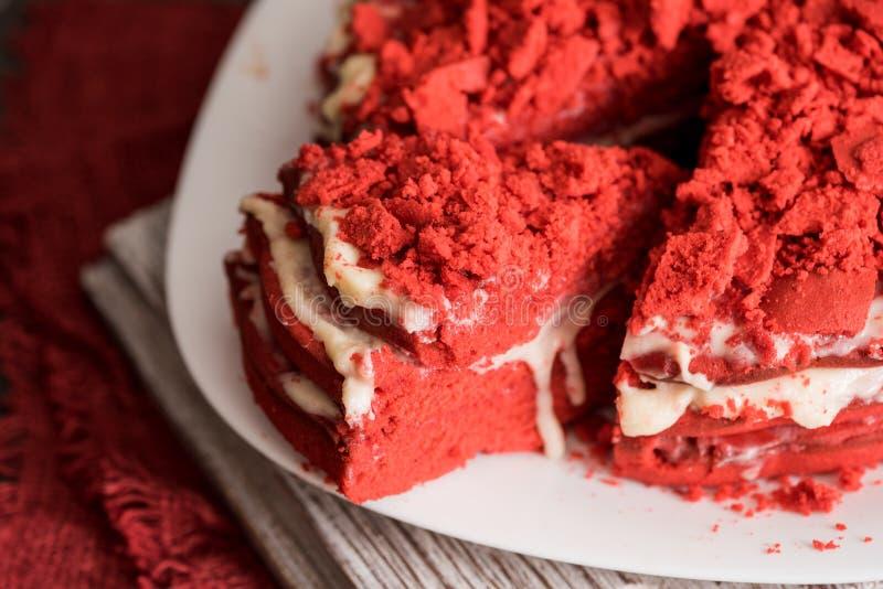 Rood het Canvasservet van de fluweelcake op een concrete donkergrijze achtergrond royalty-vrije stock afbeelding