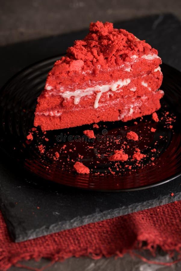 Rood het Canvasservet van de fluweelcake op een concrete donkergrijze achtergrond stock afbeeldingen