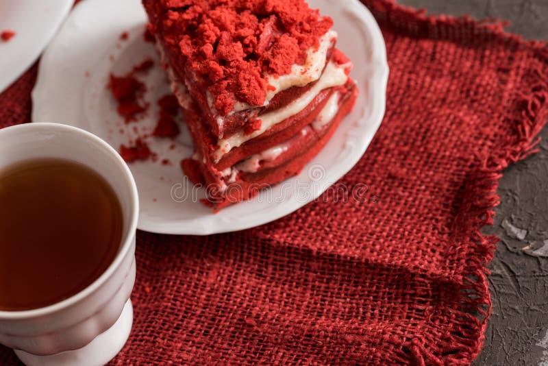 Rood het Canvasservet van de fluweelcake op een concrete donkergrijze achtergrond stock afbeelding
