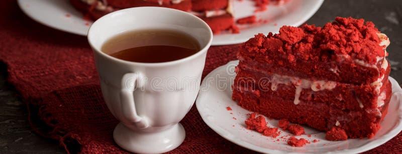 Rood het Canvasservet van de fluweelcake op een concrete donkergrijze achtergrond royalty-vrije stock foto
