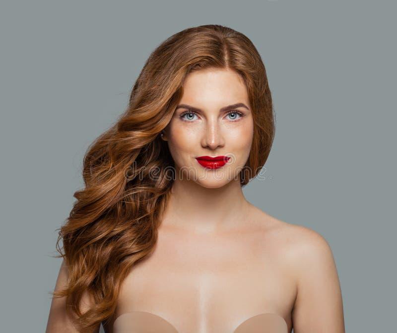 Rood hoofdmeisje met lang glanzend krullend haar Mooie modelvrouw met golvend kapsel stock foto's