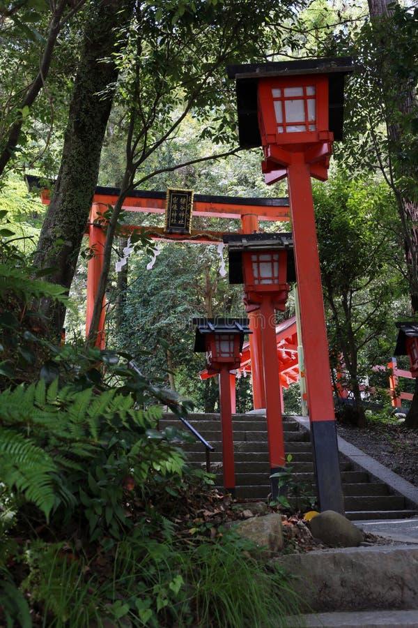 Rood Houten die Heiligdom in Arashiyama, dichtbij Kyoto Japan wordt gevestigd royalty-vrije stock foto