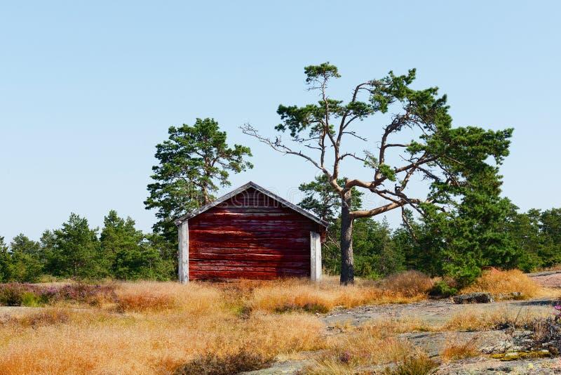 Rood huis in de bergen royalty-vrije stock afbeelding