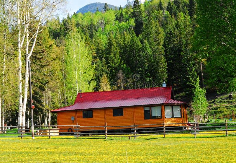 Rood huis in landbouwbedrijf royalty-vrije stock afbeelding