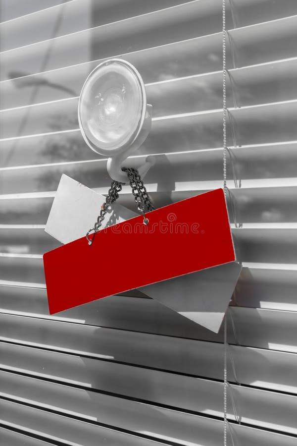 Rood kartel op een glasdeur stock afbeeldingen