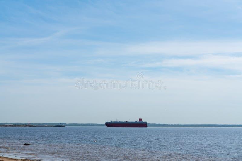 Rood koopvaardijschip met aan boord op zee containers De ruilende industrie royalty-vrije stock afbeeldingen