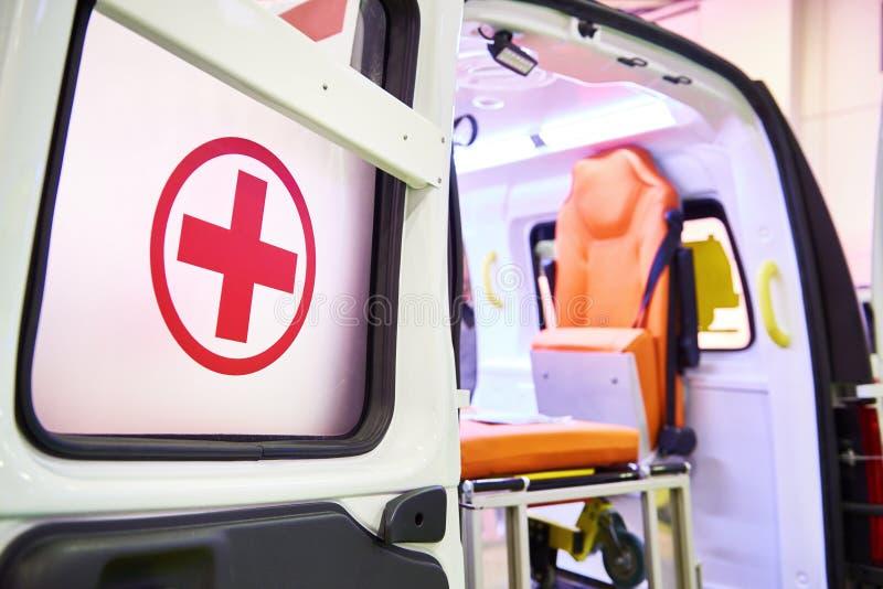Rood kruis op deur van ziekenwagenauto royalty-vrije stock afbeelding