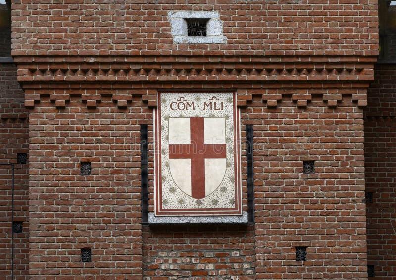 Rood kruis op schild van Heilige Ambrose, Sforza-Kasteel in Milaan, Italië stock fotografie