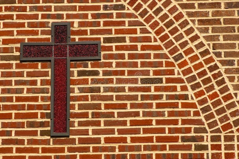 Rood Kruis van Jesus With een Baksteenachtergrond royalty-vrije stock afbeeldingen