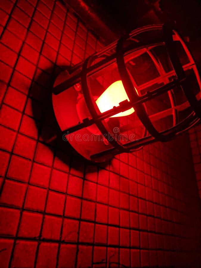 Rood licht tegen een muur royalty-vrije stock afbeeldingen