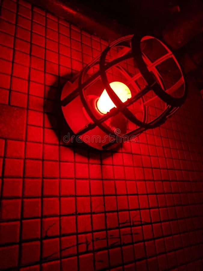 Rood licht tegen een muur 2 stock afbeeldingen