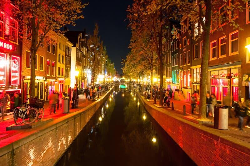 Rood lichtdistrict (Wallen) bij nacht in Amsterdam, Nederland stock afbeelding