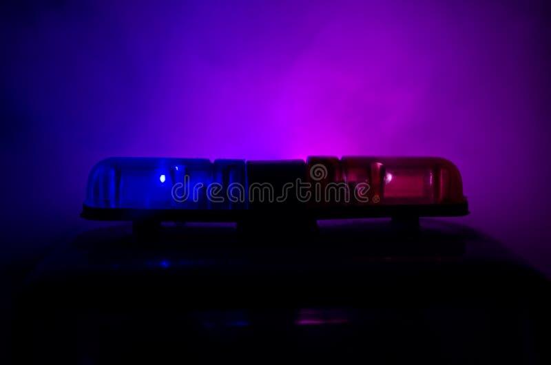 Rood lichtflitser boven op van een politiewagen Stadslichten op de achtergrond Het concept van de politieoverheid stock afbeeldingen