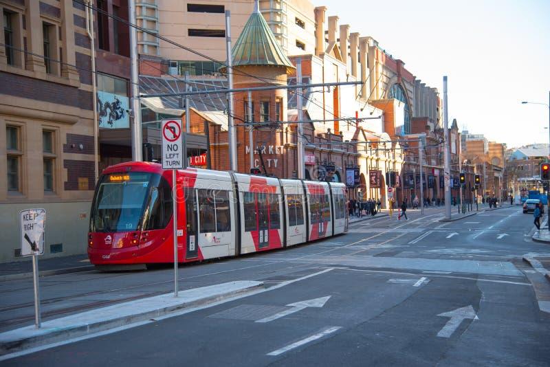 Rood lichtspoor die Marktstad in Sydney Chinatown doornemen stock foto's