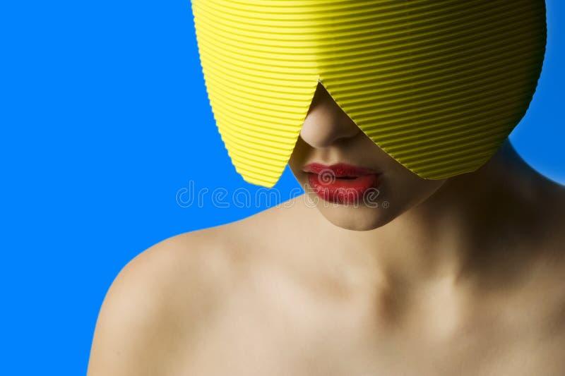 Rood lippen geel masker stock afbeelding