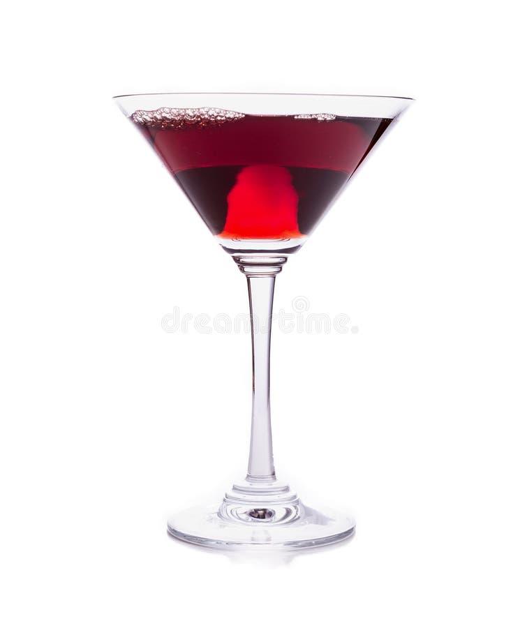 Rood martini-cocktailglas dat op wit wordt geïsoleerd stock afbeeldingen