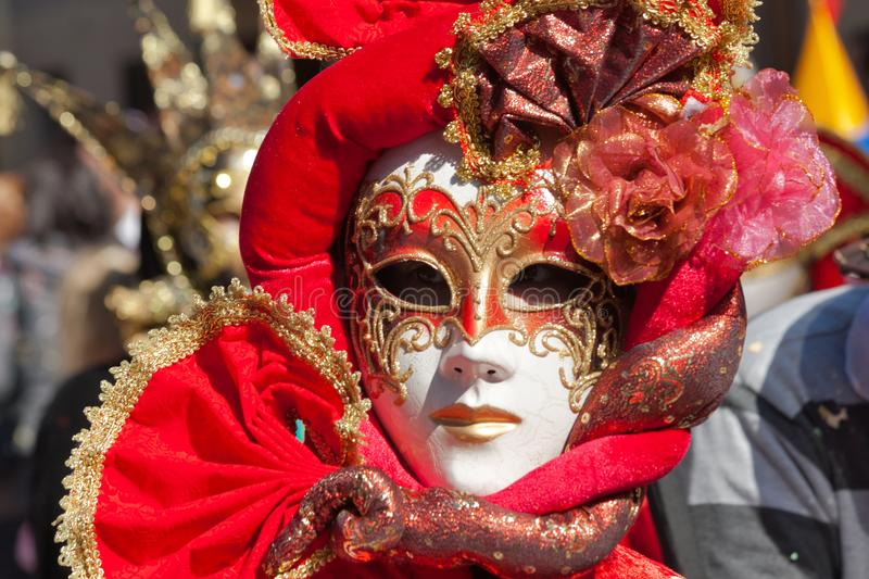 Rood masker in een Carnaval-parade stock afbeeldingen
