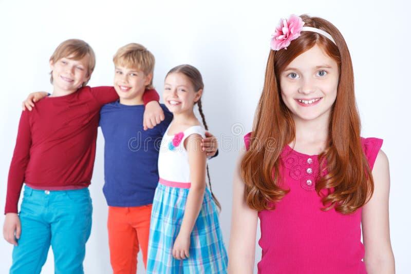 Rood meisje die positiviteit uitdrukken stock foto