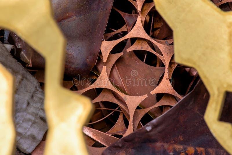Rood metaal van koper resten van koperverwerking na ponsen Weefsel achtergrond koperdetails stock afbeelding