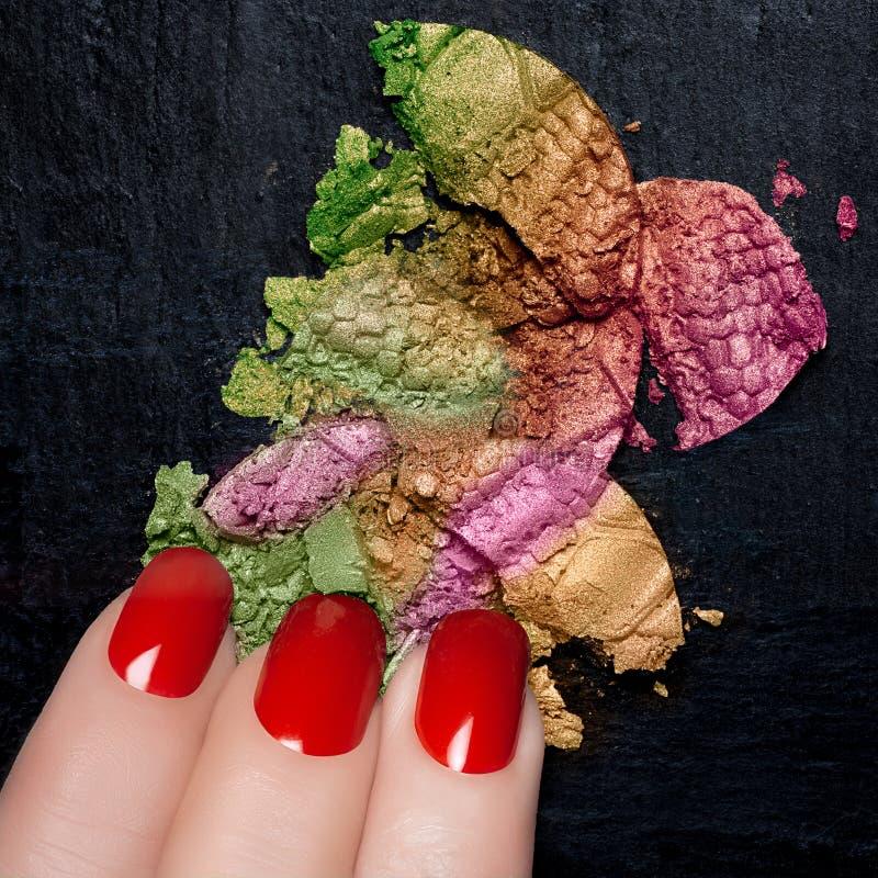 Rood Nagellak en Minerale Kleurrijke Oogschaduw stock afbeeldingen