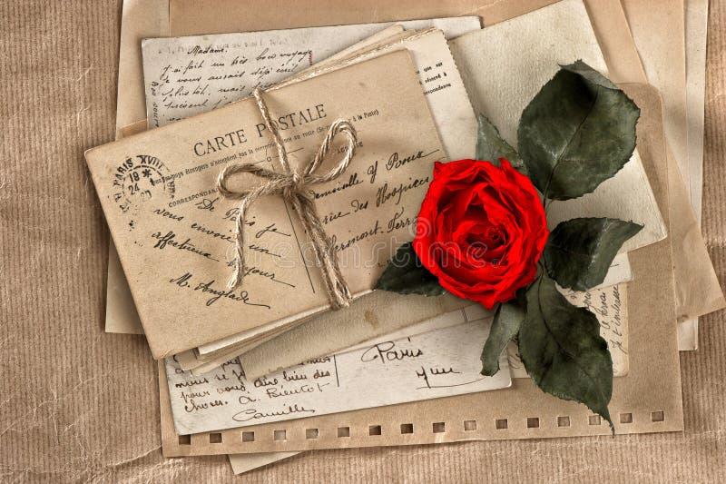 Rood nam bloem en oude brieven toe uitstekende prentbriefkaaren en documenten royalty-vrije stock fotografie