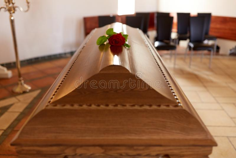 Rood nam bloem op houten doodskist in kerk toe royalty-vrije stock fotografie