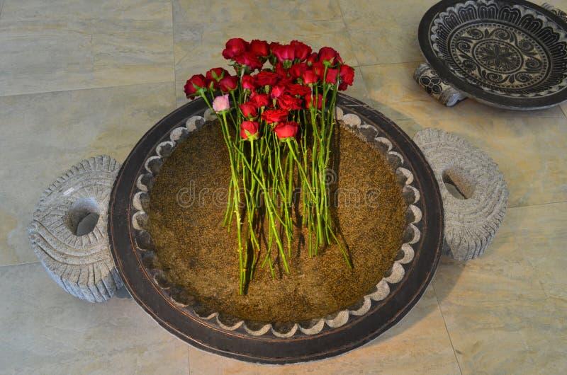 Rood nam bundel in een grote mooie pan die met water bij de ontvangst wordt gevuld toe royalty-vrije stock afbeelding