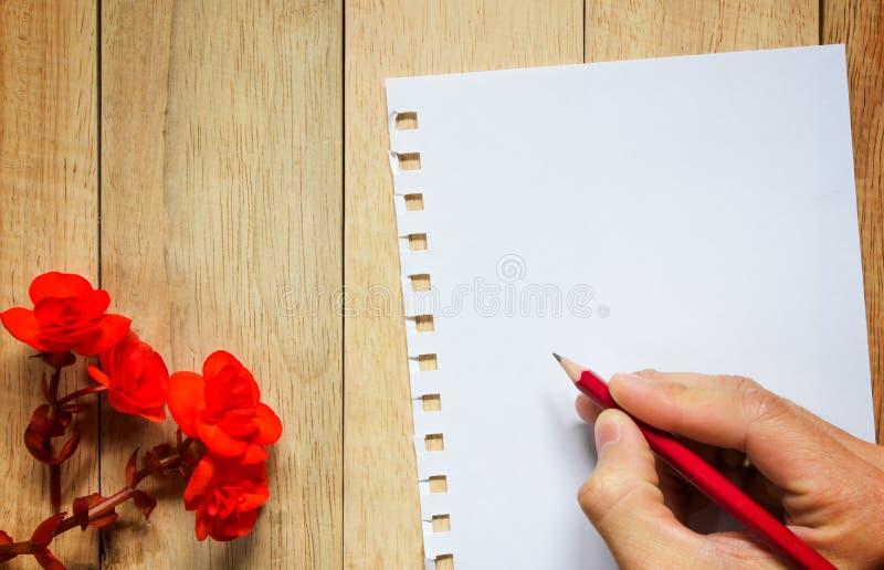 Rood nam en document voor bericht op houten achtergrond toe royalty-vrije stock afbeeldingen