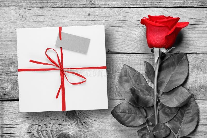 Rood nam en giftdoos op zwart-wit hout toe royalty-vrije stock afbeelding