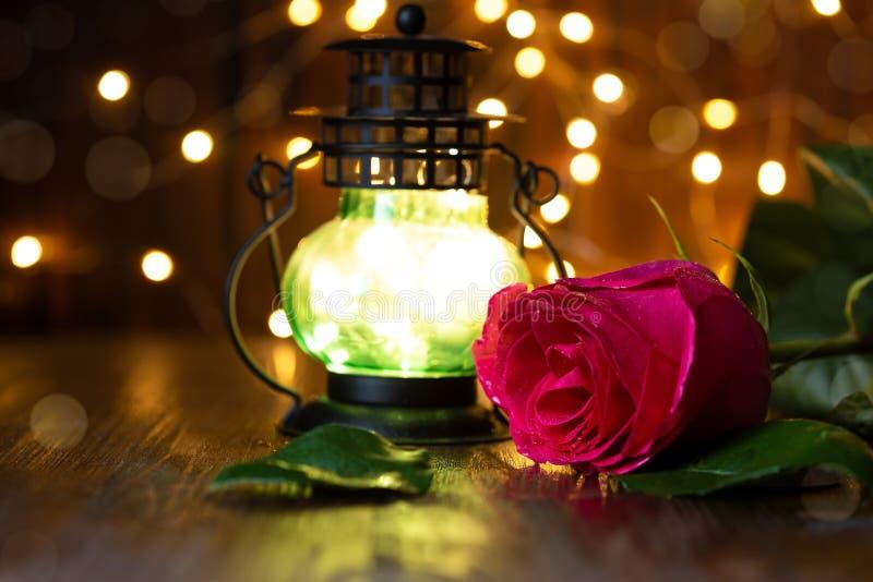 Rood nam en lantaarn met lichten op een houten lijst toe royalty-vrije stock fotografie