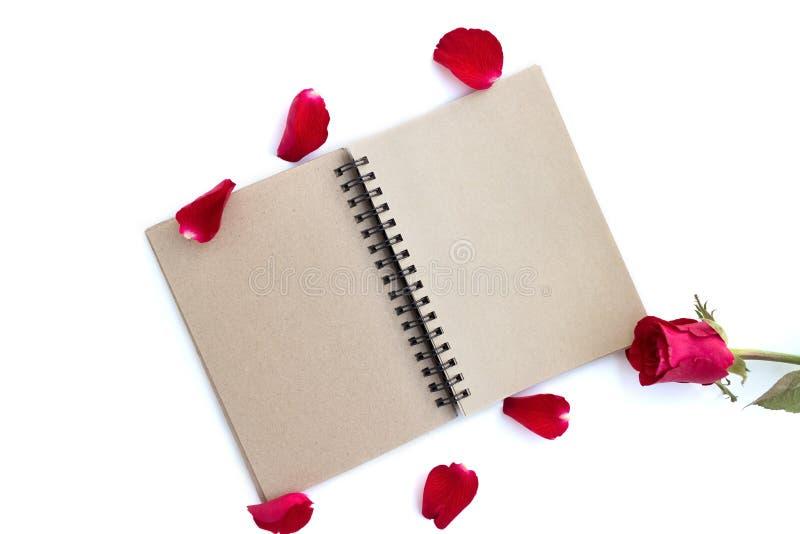 rood nam met bloemblaadjes en bruin die notitieboekje voor valentijnskaartachtergrond op witte achtergrond wordt ge?soleerd toe stock foto's