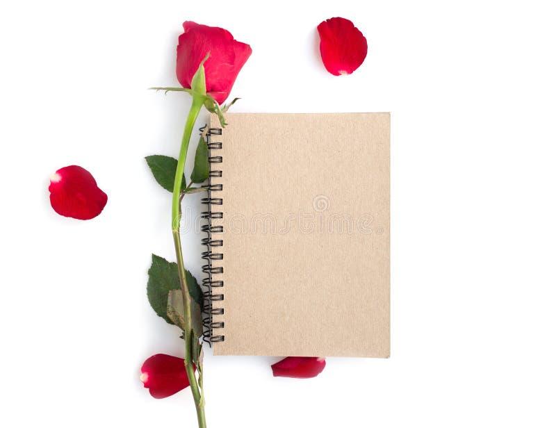 rood nam met bloemblaadjes en bruin die notitieboekje voor valentijnskaartachtergrond op witte achtergrond wordt ge?soleerd toe royalty-vrije stock foto