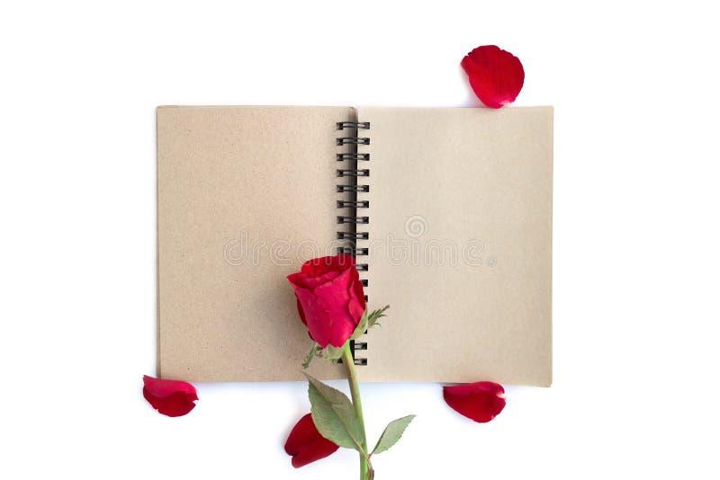 rood nam met bloemblaadjes en bruin die notitieboekje voor valentijnskaartachtergrond op witte achtergrond wordt ge?soleerd toe stock afbeelding