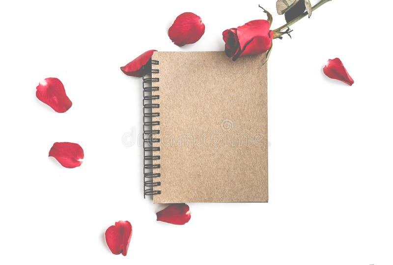 rood nam met bloemblaadjes en bruin die notitieboekje voor valentijnskaartachtergrond op witte achtergrond wordt ge?soleerd toe royalty-vrije stock afbeelding