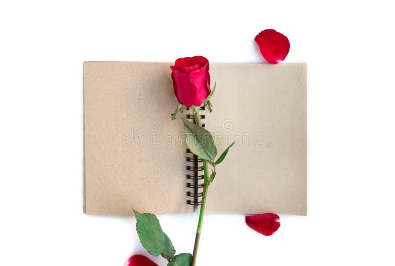 rood nam met bloemblaadjes en bruin die notitieboekje voor valentijnskaartachtergrond op witte achtergrond wordt ge?soleerd toe stock foto
