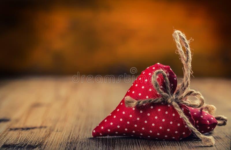 Rood nam toe De dag van het huwelijk Rode doek met de hand gemaakte harten op houten achtergrond - lijst Vrije ruimte voor uw lie royalty-vrije stock afbeelding