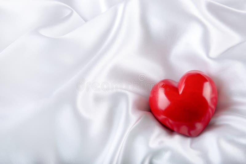 Rood nam toe Hand - gemaakt Valentine Heart De dag van het huwelijk Rode valentijnskaartenharten op wit satijn Tekst: Ik houd van stock fotografie