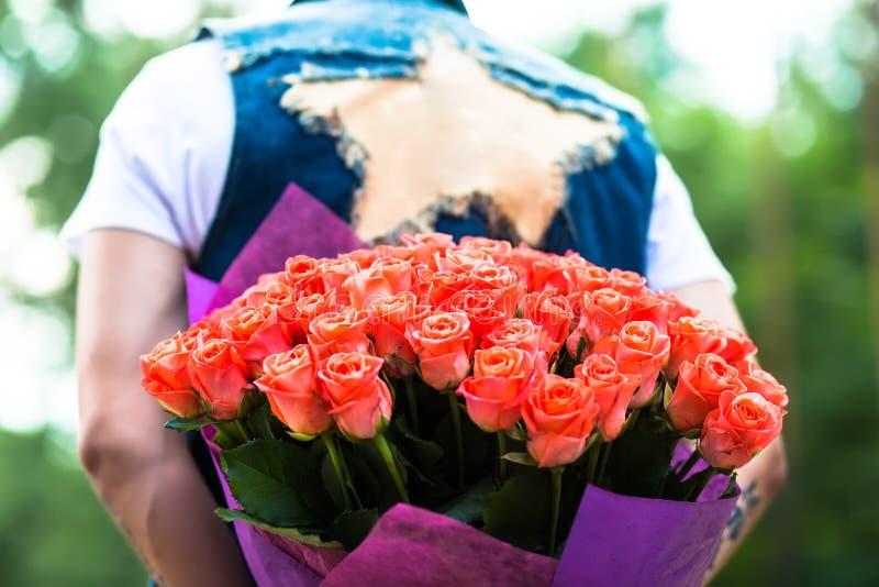 Rood nam toe Mens het verbergen achter een boeket van bloemen royalty-vrije stock fotografie