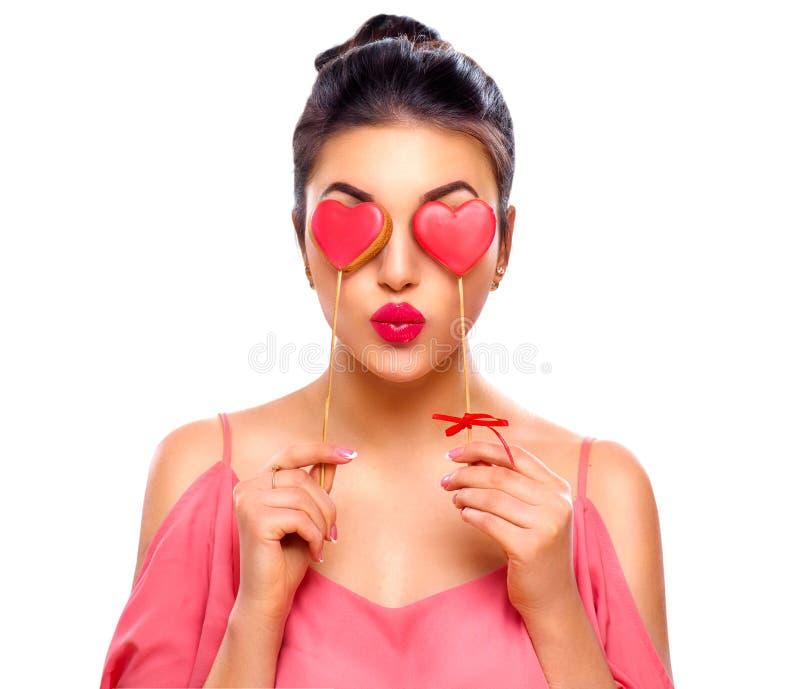 Rood nam toe Schoonheidsmeisje met Valentine Heart gevormde koekjes in haar handen royalty-vrije stock fotografie