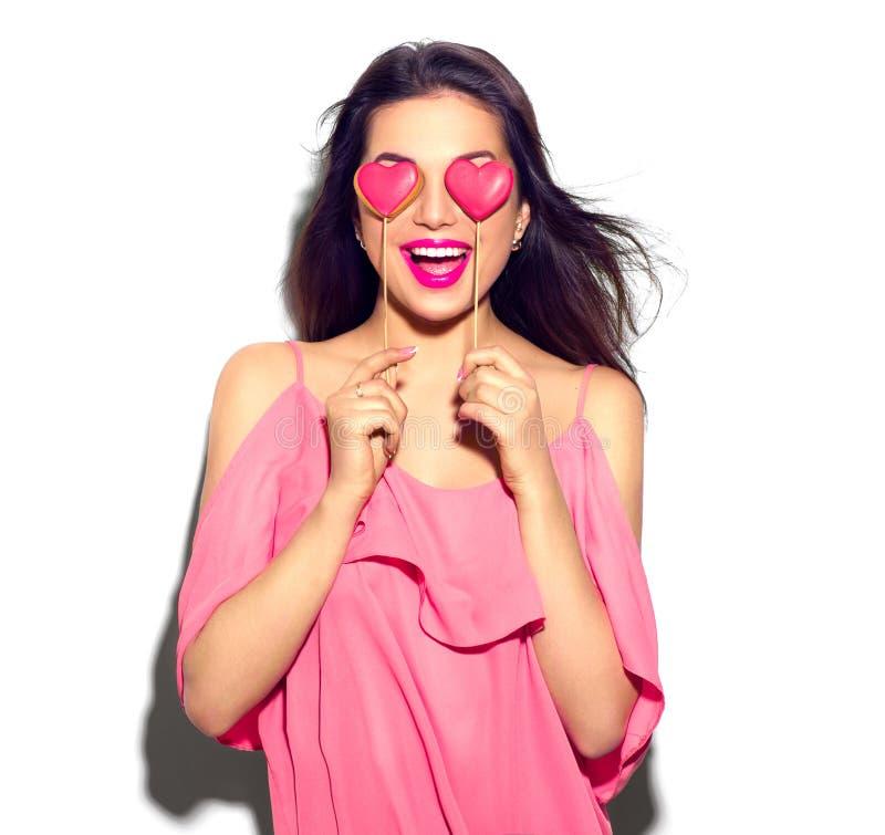 Rood nam toe Schoonheidsmeisje met Valentine Heart gevormde koekjes in haar handen royalty-vrije stock foto's