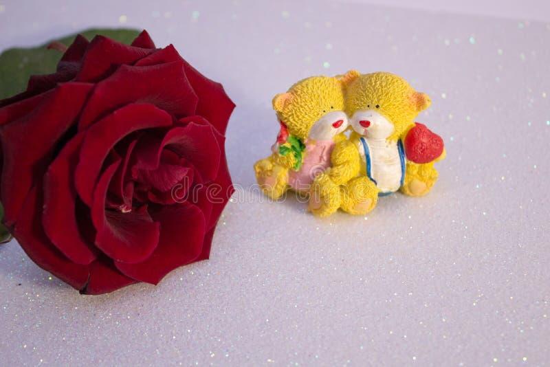 Rood nam vage bokeh achtergrond toe Valentine of huwelijksachtergrond, de Dagkaart van Valentine Rosa op een roze glanzende achte stock fotografie