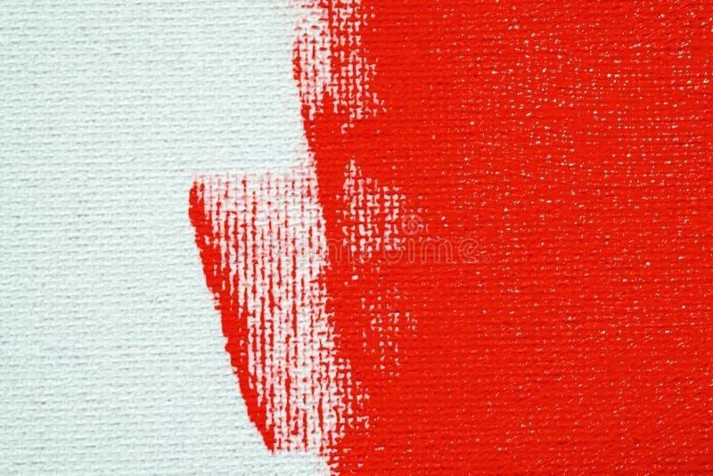 Rood op een witte canvasachtergrond De oppervlakte van het abces is heldere rode borstel op het abstracte beeld stock afbeelding
