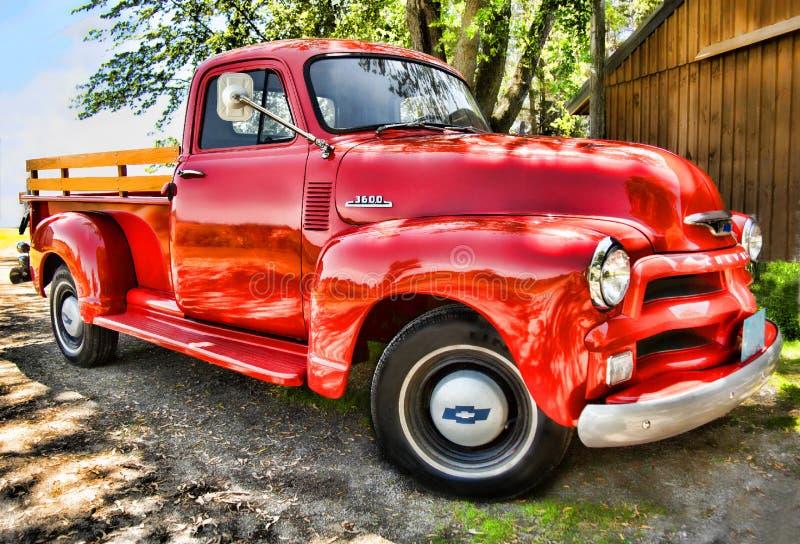 1957 rood oud Chevrolet neemt vrachtwagen op royalty-vrije stock afbeeldingen