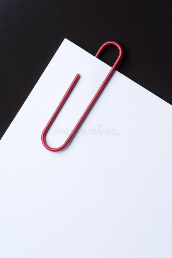 Rood paperclip en document royalty-vrije stock afbeelding
