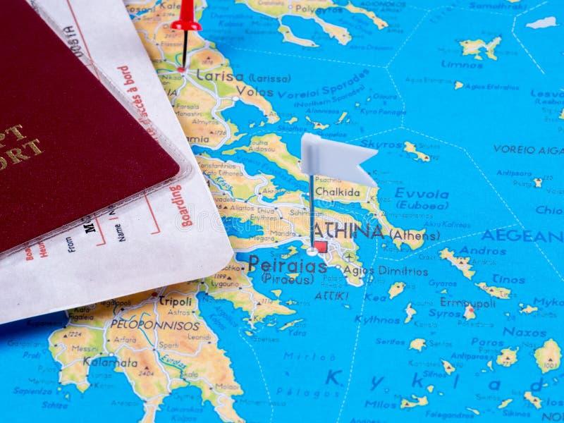 Rood paspoort, luchtvaartlijnkaartjes op de kaart met punaisen stock fotografie