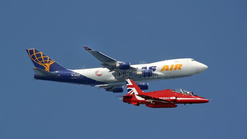 Rood pijlstraal en vrachtvliegtuig royalty-vrije stock afbeeldingen